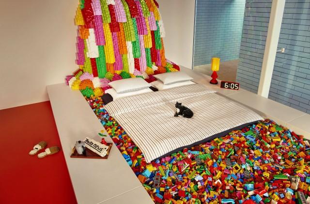 Adifferenza degli altri alloggi offerti dal famoso portale, non si dovrà/potrà prenotare. Basta rispondere ad una semplice domanda: «Cosa costruireste se aveste a disposizione un numero illimitato di Lego?». Nella foto: la camera da letto galleggiante su un laghetto di Lego