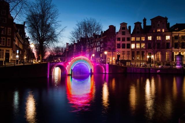I ponti di Amsterdam saranno palcoscenico delle installazioni luminose dell'Amsterdam Light Festival, insieme ai canali e al palazzoMarineterrein.