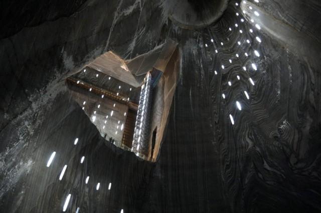 I turisti possono osservare da vicino le stalagmiti che si sono formate in più di mille anni di storia della grotta