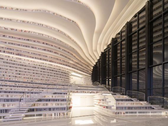 """MVRDV è noto per il suo design sperimentale e l'architettura """"sovrapposta"""". Fondato da Winy Maas, Jacob van Rijs e Nathalie de Vries, è uno degli studi di architettura olandesi di maggior successo. Ha anche concepito la bellissima biblioteca comunale – a forma di piramide – di Spijkenisse, in Olanda"""