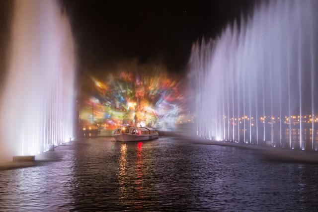 Gioco di acqua e luci durante il Festival. Le opere allestite sull'acqua possono essere ammirate anche con dei boat tour privati, organizzati appositamente per l'evento.