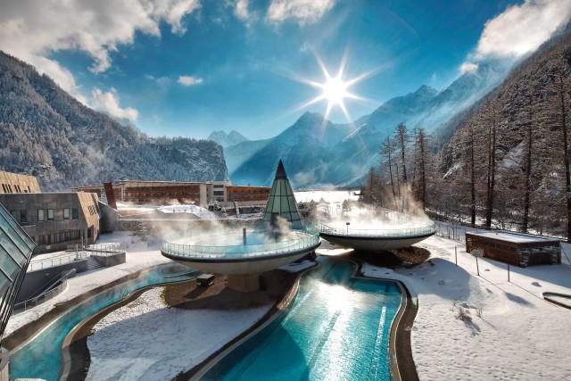 Le piscine esterne dell'Aqua Domeconquistano per il design: sembrano fluttuare nell'aria e permettono di godersi il bel panorama in pieno relax.