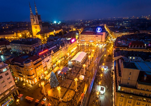 Ecco piazza Ban Josip Jelacic, al centro della città, illuminata a festa con un grande albero di Natale.
