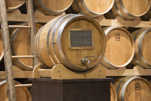 A Fico sono stati piantati dei vigneti e il vino viene conservato nelle botti.