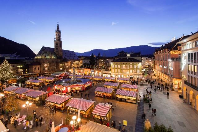 Bancarelle addobbate e ricche di idee regalo affollano la piazza di Bolzano (mercatinodinatalebz.it)