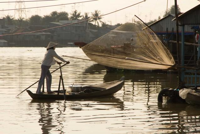 """Pavan, che è già stato reporter in Vietnam, assicura: """"andremo alle radici di una vita semplice, esplorando il delta del Mekong, popolato da mercati galleggianti, barche di pescatori""""."""
