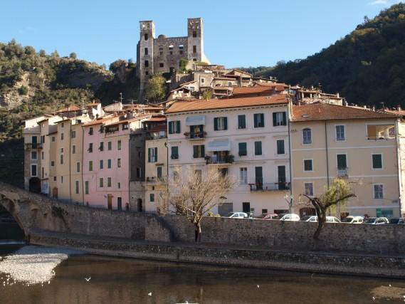 Scorcio sulcentro medioevale di Dolceacqua, dominato dal castello e bagnato dalle acque del fiume Nervia.