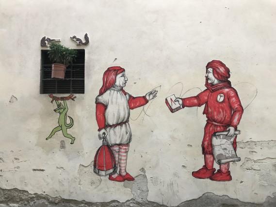FIRENZE, ITALIA. Il capoluogo Fiorentino è un grande classico, perfetto per un weekend in tutte le stagioni. Per scoprirne un volto inedito, basta spingersi oltre l'Arno, fino al quartiere San Niccolò,fucina della street art fiorentina. Oltre ai graffiti sui muri, qui si scoprono studi di grafica, laboratori, stamperie e atelier di artisti che hanno eletto Firenze a loro dimora. Non mancano poi le atmosfere tipicamente natalizie, grazie al ritorno del Firenze F-Light, il festival della luce che torna dall'8 dicembre all'8 gennaio: l'avvio dell'evento è sancito dall'accensione dell'albero di Natale in piazza Duomo, mentre la facciata della chiesa di Santo Spirito, il Ponte Vecchio e altri luoghi simbolo della città saranno trasformate da videoproiezioni artistiche.Scopri di più sul quartiere di San Niccolò e i suoi artisti.