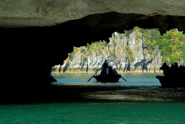 Si esplora in barca la baia di Halong, tra isolotti e grotte suggestive.