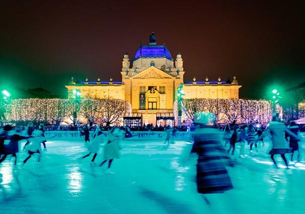 Un'altra immagine della pista di ghiaccio, che durante le feste natalizie anima la piazza che si trova tra il Padiglione d'Arte e il monumento equestre dedicato al primo re croato Tomislav.
