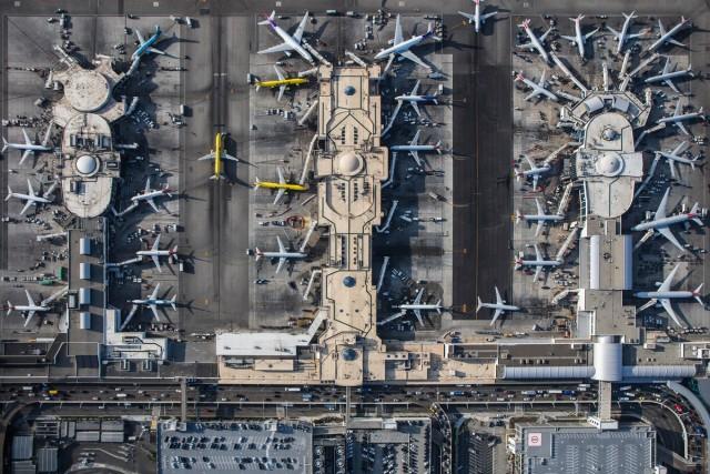Per realizzare questi scatti mozzafiato il fotografo americano ha noleggiato un elicottero. Nella foto i terminal 4, 5 e 6dell'aeroporto di Los Angeles