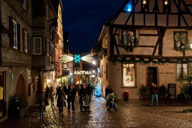 Riquewhir, un Natale da cartone animato. E' proprio osservando le case a graticcio affacciate sulle vie pittoresche di questo piccolo borgo dell'Alsazia che i creativi Disney hanno pensato alla favola d'amore tra la Bella e la Bestia.