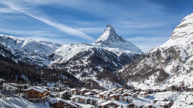 Zermatt, Svizzera: la cittadina svizzera a 1620 metri si trova ai piedi di un simbolo, il Cervino. La località turistica vanta splendidi impianti e piste chilometriche. Qui si scia anche d'estate