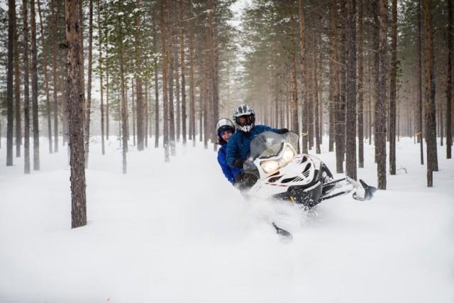 Divertimenti sulla neve, cavalcando una motoslitta, allo Svansele Wilderness Centre, a Skelleftea, in Svezia