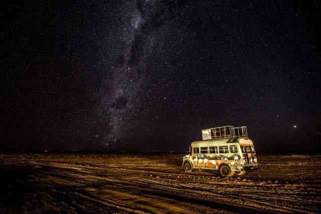 Un bus abbandonato nel bel mezzo delSalar de Uyuni, dipinto con paesaggi boliviani, è diventato protagonista di molti scatti.