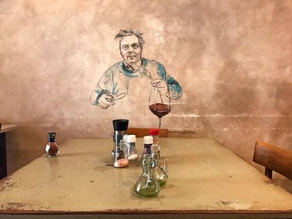 La Trattoria Cent'Ori di Firenze. Il proprietario è un appassionato collezionista e sostenitore degli artisti del quartiere di San Niccolò. Graffiti e stampe in bianco e nero ricoprono le pareti del locale(foto Carlotta Lombardo)