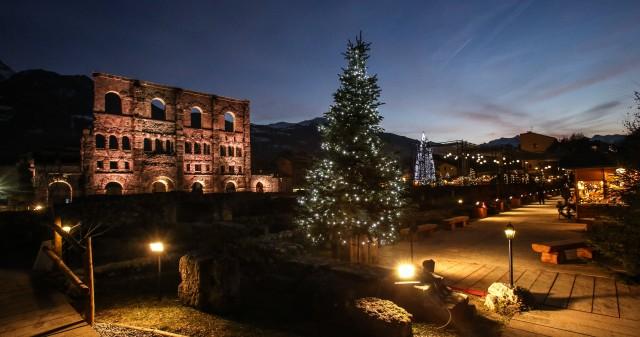 Il Marché Vert Noëltrasforma l'area archeologica del Teatro romano diAostain un vero e proprio villaggio alpino, dove si respira l'atmosfera frizzante delle feste.