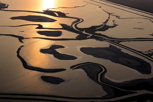 DELTA DEL PO, ITALIA: LA MEMORIA DELL'ACQUA. In una delle zone umide più grandi d'Europa, lo scorrere incessantedel fiume protegge un habitat prezioso. E racconta storie di gente tenace e discreta. Un mondo da scoprire lentamente, assecondando il ritmo della natura in un viaggio a cavallo tra le province di Rovigo e Ferrara, che ha come base Comacchio, unaVenezia in miniatura, e le sue valli.