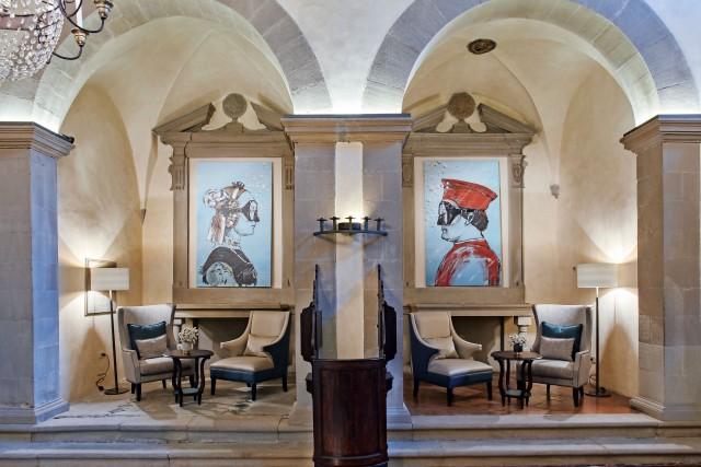 Nella reception ricavata nella cappella sconsacrata di Villa San Michele, a Fiesole, ex monastero adibito all'ospitalità troneggiano opere di street art: le riproduzioni dei ritratti di Piero della Francesca con, sul viso, un'irriverente maschera da sub, opera dell'artista Blub