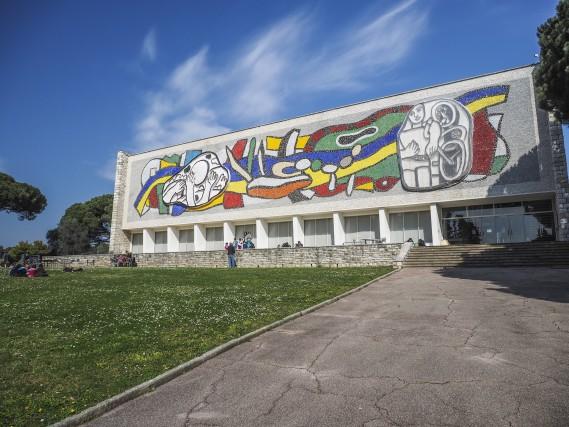 La facciata decorata del Musée National Fernand Léger.