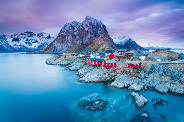 Hamnøy, villaggio e piccolo porto per la pesca di merluzzi nelle isole Lofoten, in Norvegia. Alle salle, il monte Lilandstinden (700 metri).