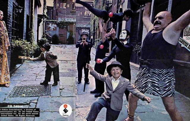 Strange Days dei The Doors (1967) è un album che raccoglie, per la sua cover, una serie di personaggi che sembrano usciti da un circo e si radunano lungo la piccola e nascosta Sniffen Court, vicolo chiuso che parte dalla 36th Street, tra la Lexington e la Third Avenue, a New York.