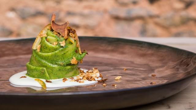 Da Qqucinaqui, a Catania, si ordinano le fettucce al finocchietto, salsa di pecorino siciliano e bottarga di tonno.