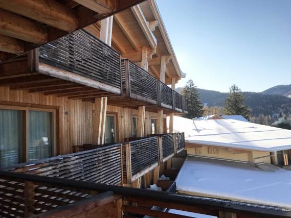 Il Blu Hotel Natura & Spa, a Folgaria, realizzato interamente in legno con pannelli fotovoltaici e un'architettura che rispetta i principi della bioarchitettura