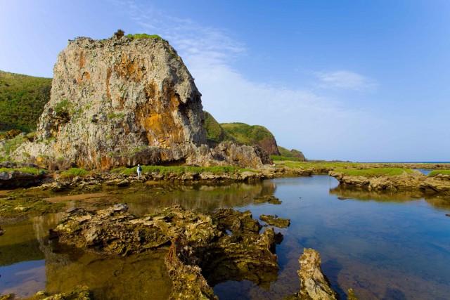 Kume, piccola isola di giungla, sabbia, rocce e barriera corallina. Da Naha ci si arriva in traghetto o con un brevissimo volo.