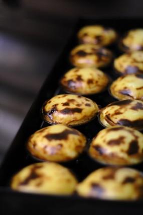 Itipici pásteis, i dolcetti di pasta sfoglia e crema all'uovo aromatizzata alla cannella
