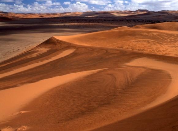 """ARIETE: IL VIAGGIO DA FARE NEL 2018 – Montagne di sabbia rossa, eleganti e maestose. Per allentare la tensione che caratterizzerà il 2018 dei nati sotto il segno dell'Ariete, la meta ideale è la Namibia con il deserto del Namib. Non è un caso che un detto tuareg reciti: """"Dio creò il deserto perché gli uomini potessero conoscere la loro anima""""."""