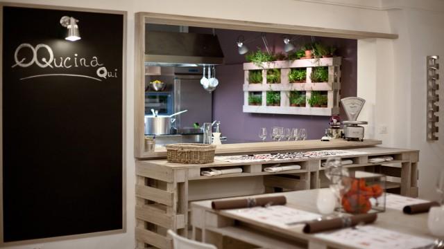 La cucina a vista di Qqucinaqui, a Catania. Per menu creativi che partono dalla tradizione etnea. A fine anno si trovano tuttii piatti delle feste.