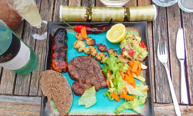 AUSTRALIA: il Natale in Australia cade nel periodo più caldo dell'anno, quindi un barbecue estivo è all'ordine del giorno. Bistecca, salsicce, gamberi e spiedini di pollo, patate dolci e insalata