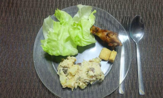 FILIPPINE:petto di pollo arrosto servito con insalata di patate, lattuga e cracker di riso, seguito in genere da un maiale arrosto e un succulento piatto di malabon pancit (noodles filippini)