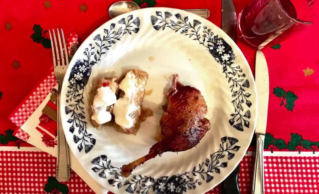 FRANCIA: dopo una (obbligatoria) selezione di formaggi e salumi, la famiglia francese per il pranzo di Natale mangia l'anatra accompagnata da involtini di cavolo ripieni di carne di maiale macinata