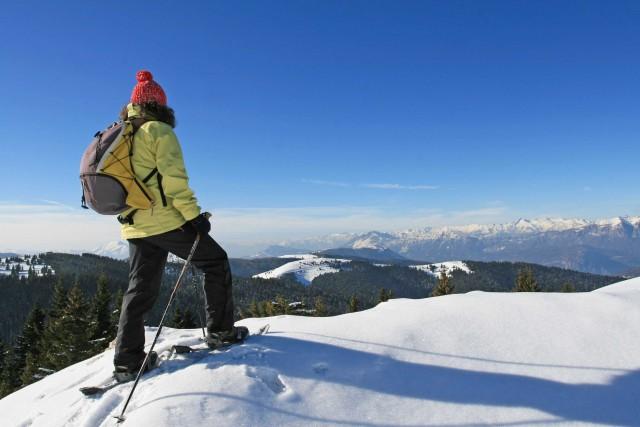 Da provare il Sentiero dell'Immaginario, un percorso naturalistico che suscita emozioni e forti sensazioni; si sviluppa per 7 km tra gli ampi pascolie il bosco di abeti di cimbrica memoria. Con le ciaspole si raggiungono Cima Vezzèna, il Monte Cornetto e il Monte Maggio da cui godere panorami indimenticabili
