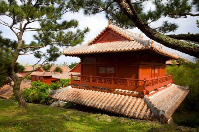 Una casa in legno costruita secondo lo stile tradizionale nel villaggio di Yomitan, nel nord dell'isola di Okinawa.
