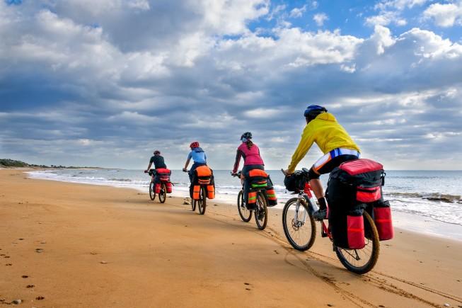 In bici sulle dune di una spiaggia di Cipro.