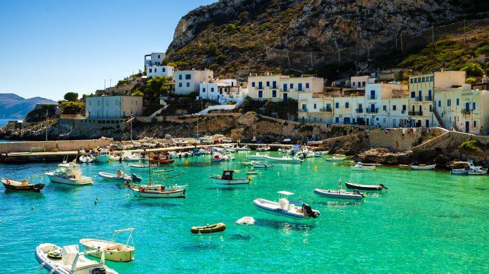 Foto In barca a vela, per scoprire le 33 isole minori italiane