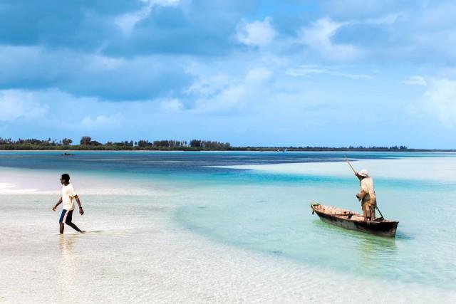 Acqua trasparente esabbie candide e pescatori sull'isola di Pemba. Chiamata anche Al Kuh Dra (l'isola verde), dista 50 chilometri dalla costa.
