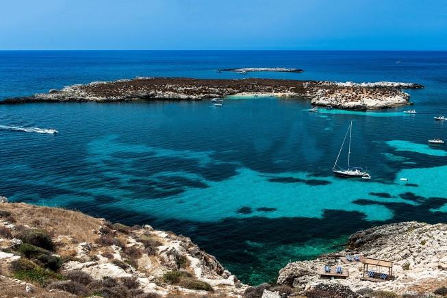 """In mare davanti al Nido del Pellegrino, """"wild resort"""" sull'isola di Favignana (foto: Alfio Garozzo)"""