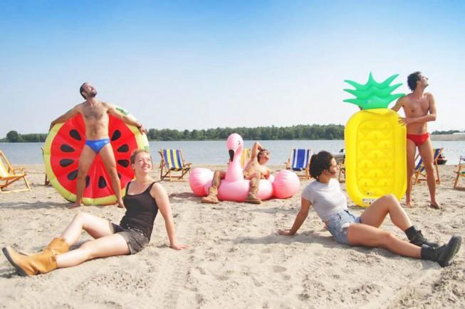 Divertenti e comode, le spiagge in città riaprono per la gioia di chi aspetta le ferie. Ad Amsterdam si inzia a fare il bagno di sole
