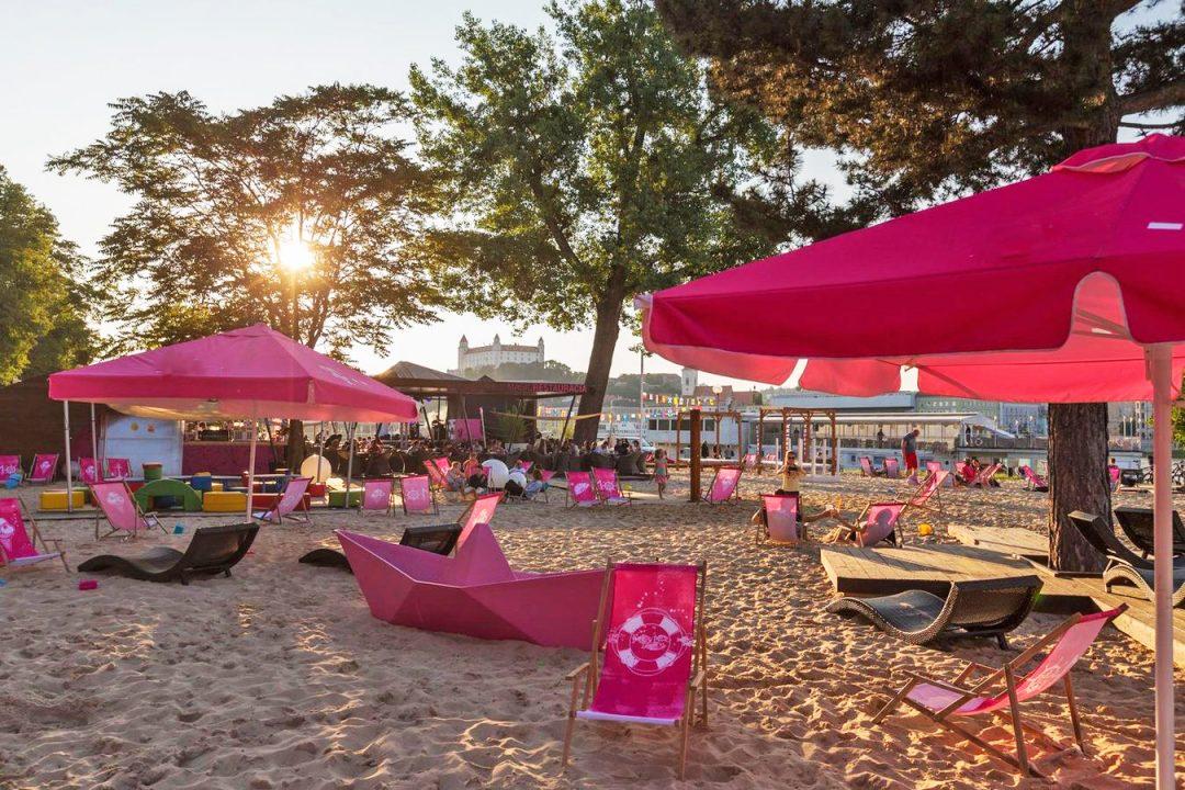 Spiagge in città: ecco dove stendersi al sole senza partire