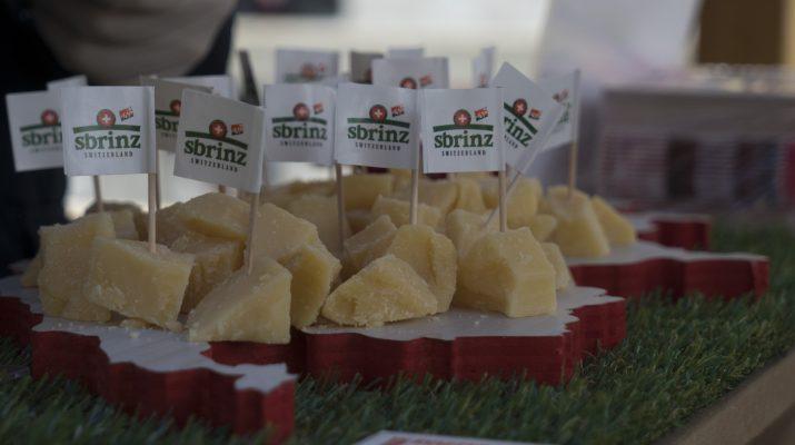 Foto In barca sui Navigli, con i formaggi svizzeri