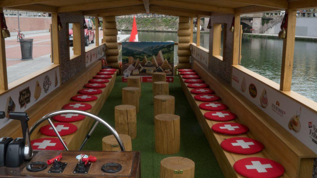 In barca sui Navigli, con i formaggi svizzeri