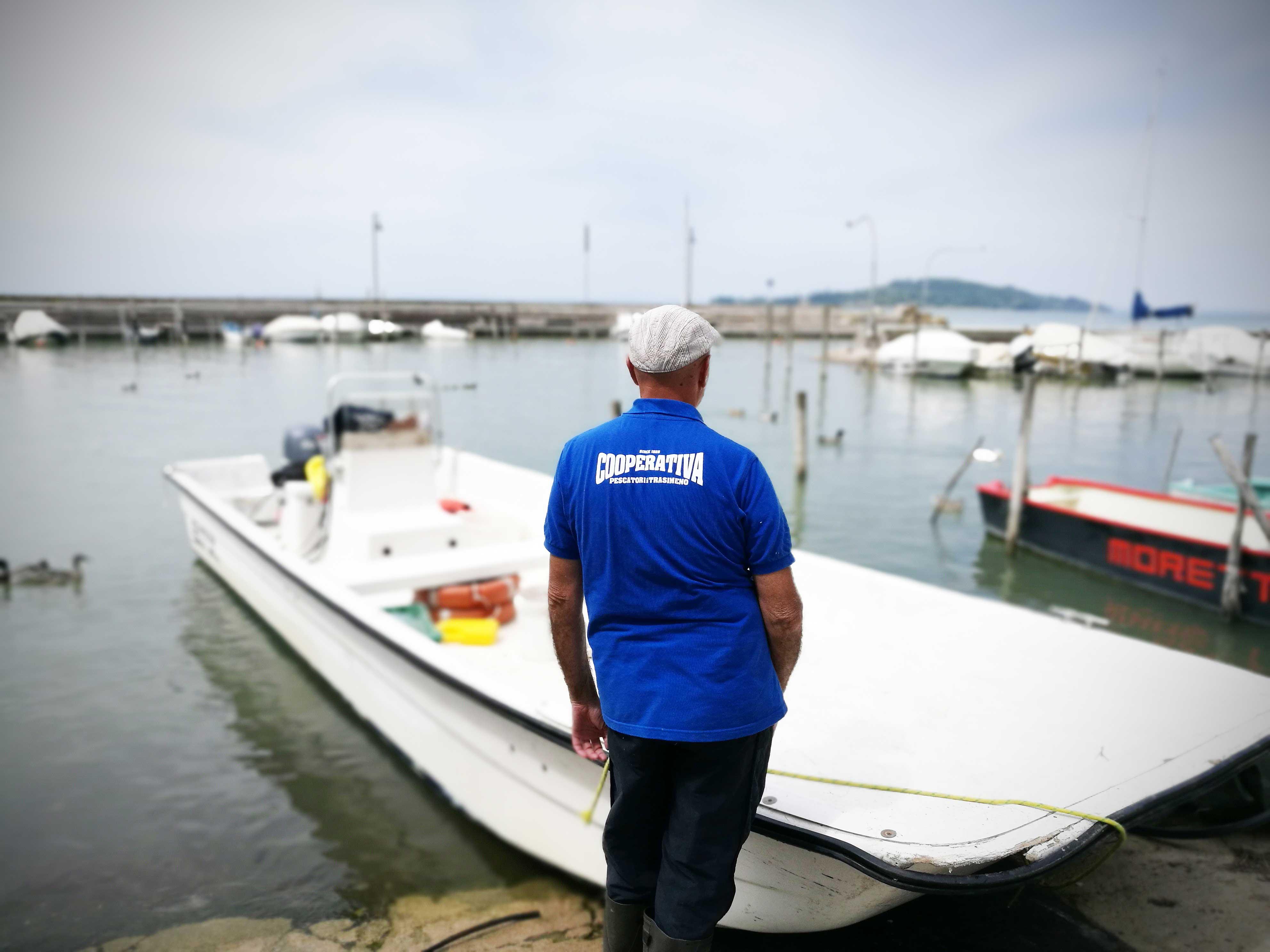 Lago trasimeno in barca con i pescatori e contadini per for Barca a vapore per barche da pesca