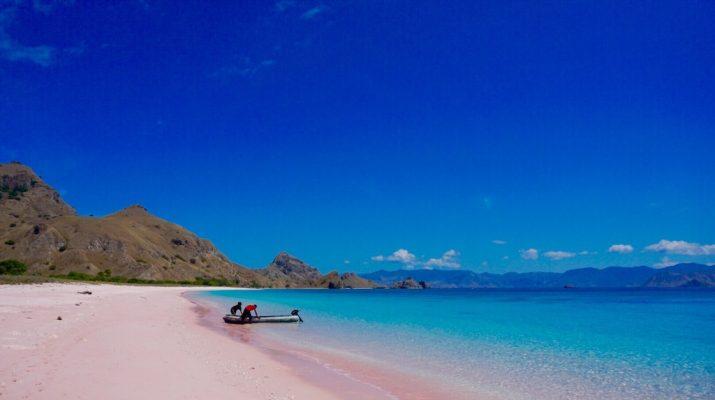 Foto Blu, rosa, nera... Otto spiagge colorate da scoprire la prossima estate