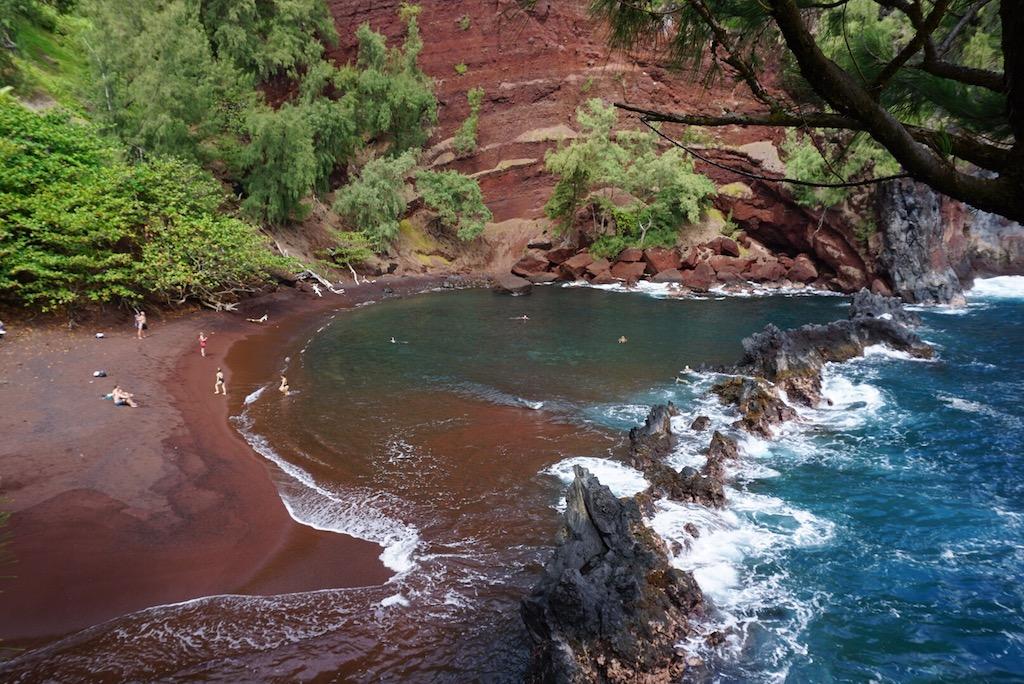Blu, rosa, nera… Otto spiagge colorate da scoprire la prossima estate