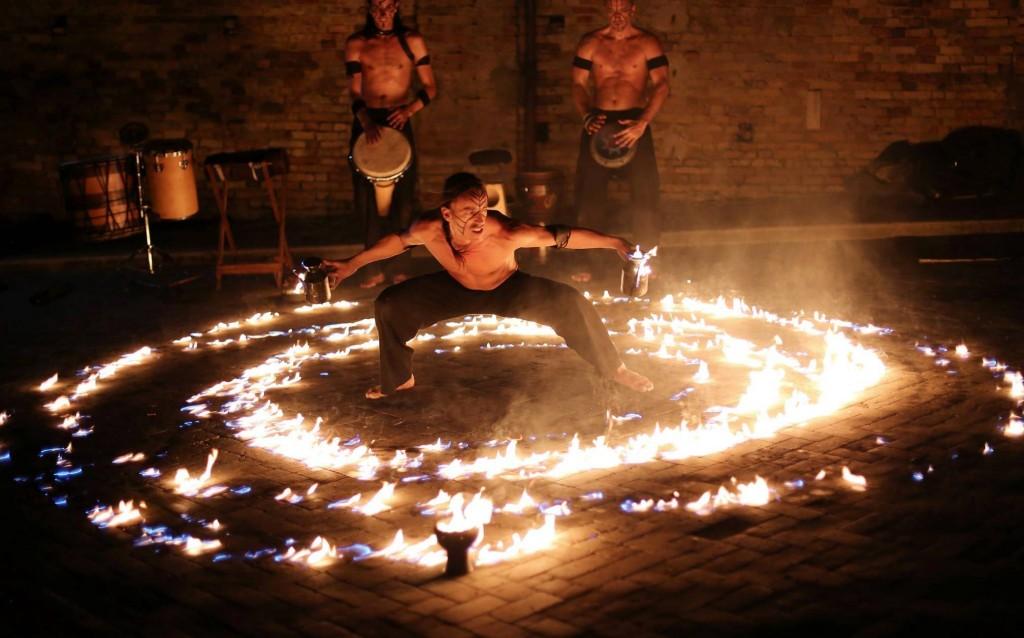 Sarnico Busker festival: la danza di fuoco del gruppo Quetzalcoatl