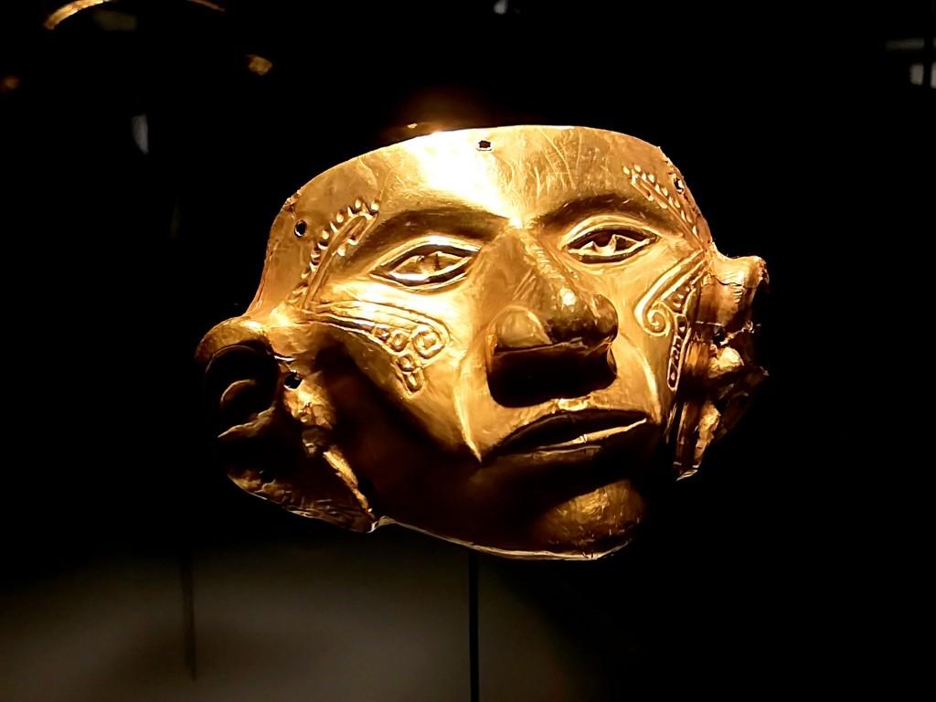Maschera in oro del Museo del Oro di Bogotà. Foto di Carlo Rotondo